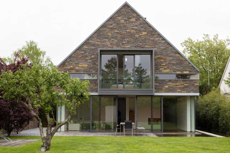 Balkonanbau aus Edelstahl mit Glasbrüstung