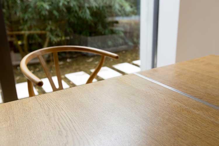 Esstisch aus Eichenmassivholz und Edelstahl